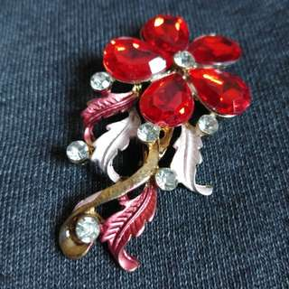 2 Pieces of Brooches (Green & Red)