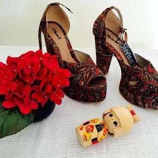 Sepatu motif batik