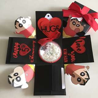 Shin Chan Explosion box with personalised photo shaker , 4 waterfall in black and red