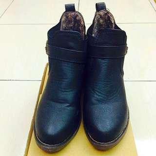(全新)鉚釘皮帶扣中跟馬丁靴 23號