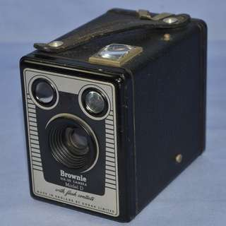 ANTIQUE KODAK ENGLAND BROWNIE SIX-20 FILM BOX CAMERA