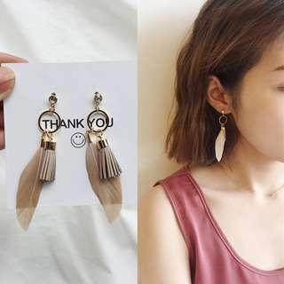 ╭✿蕾兒0509✿╮EB045-韓國綻放年華麂皮流蘇佐羽毛耳釘耳環耳針螺旋夾無耳洞耳夾