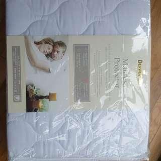 Dunlopillo mattress protector (Queen)