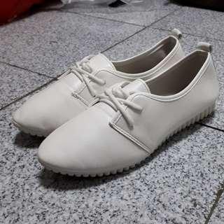 白色柔軟舒適休閒鞋/豆豆鞋