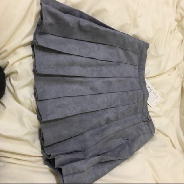 全新 麂皮 百摺短裙。 原価790元