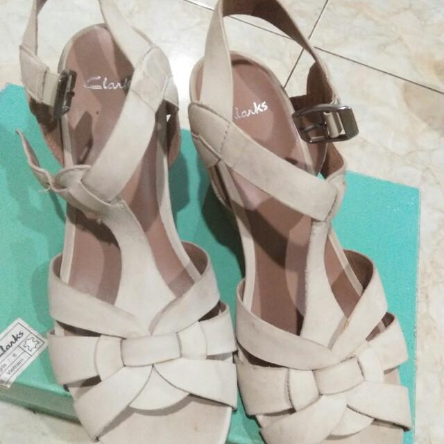 Sepatu coklat krem clarks