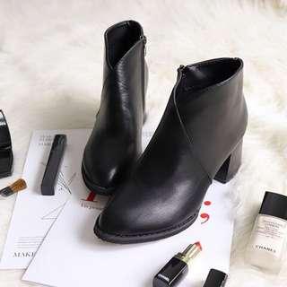 *現貨 質感顯瘦V字斜口尖頭粗跟短靴裸靴踝靴