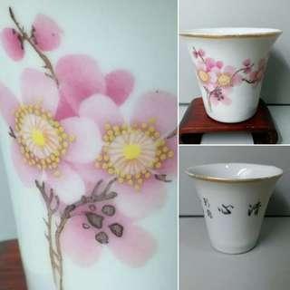 民國桃花紋馬蹄杯,花瓣深淺配搭自然美麗,清心銘文。