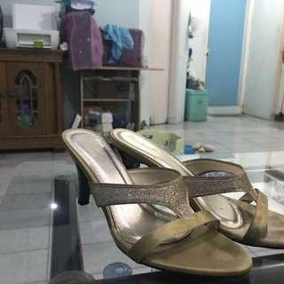 Sepatu Pesta Emas