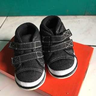 Sepatu hitam merek COOL