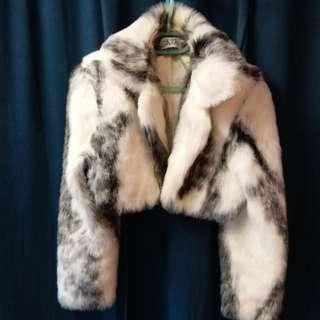 壹得夠發$179.80fixed price White color fur coat like jacket! Really seldom use still kept look like 90%new ! In good condition ! without any damage 柔軟毛毛短外套 保暖  高雅 易襯衫裙褲 便裝盛裝皆可 配合宴會晚裝更顯優美 完好無缺的!