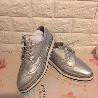 全新女裝靚料銀色漆皮紳士厚底鞋