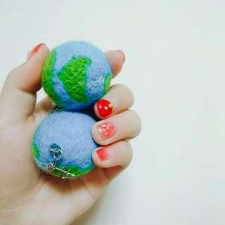 🚚 全新-手作客製化地球羊毛氈耳環