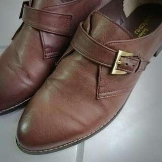 硬挺咖啡色低跟鞋size:25