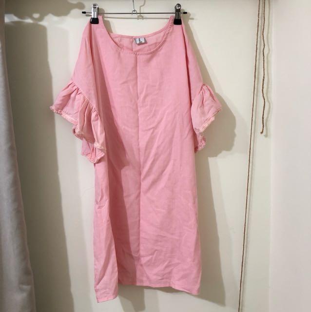 可愛粉紅荷葉袖洋裝