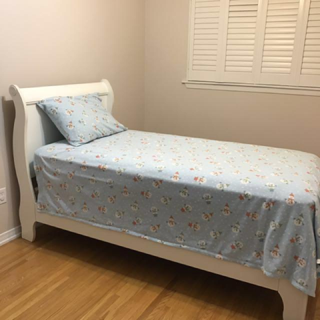 Twin bed w/mattress