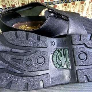 Sepatu sendal pria