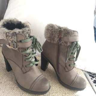 Military grey boots with faux fur trim