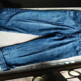 Jeans Biru Tiga Per Empat