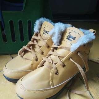 Sepatu boots berbulu