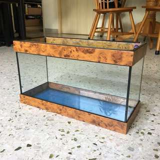 Table fish tank with borders