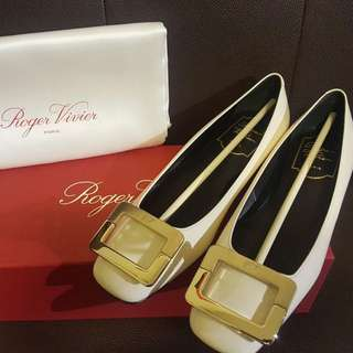 RV 白色金扣平底鞋