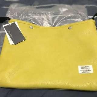 日本牌Brageblue泥黃色皮面斜咩袋 有帶