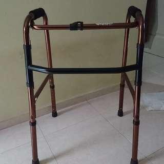 Lightweight and foldable metal walker. 79cm (height)
