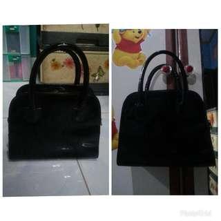 Tas hitam ukuran kecil