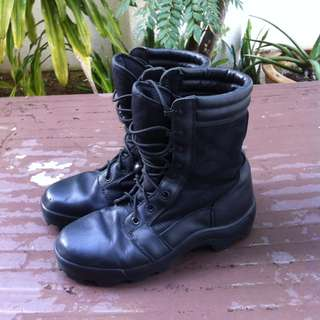 Army Gore Tex boots Size US 9 very comfortable and durable. In good condition.