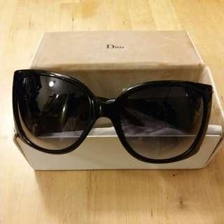 Dior名牌太陽眼鏡。  100%真。  買後放好, 跟著忘記了, 所以未用過。  現特價