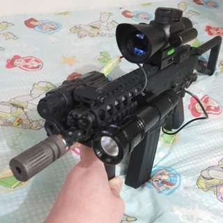新淨VFC KAC PDE EB (不是marui馬記槍)全把全金屬製造手感一流,有改槍,有两排電和充電器和五個鏈匣和相中全部,有槍袋,電筒,望鏡有紅綠光調較十字和有紅外線。全套用左約六千多港元,現平賣!
