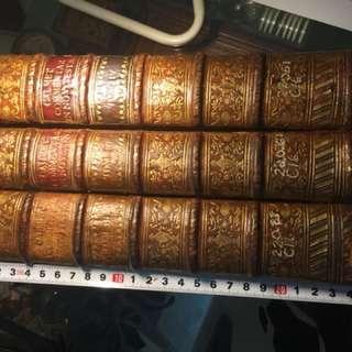 古董新約聖經1787 年印,包括II, III, IV 冊。書脊熨金,四分一皮革釘裝,有摩洛哥紅色半羊皮,因為書造於18世紀尾,所有紙都是古紙,十分碎弱,要小心看,但書繩十分強,其中一冊書皮較弱,已略略補救。
