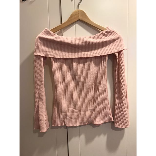 一字領粉色上衣