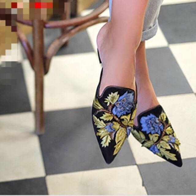 Floral pointy flat size 7.5
