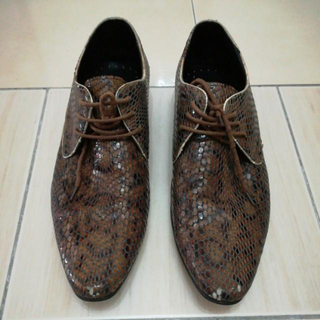 Snake skin leather shoe
