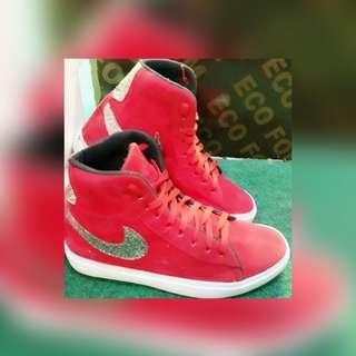 Sepatu boot merah