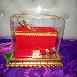 Kotak seserahan emas dan uang