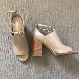 Noll Heels
