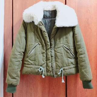 軍綠色毛領厚外套