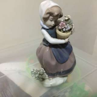 LLADRO Figurine- Young girl with Flowers