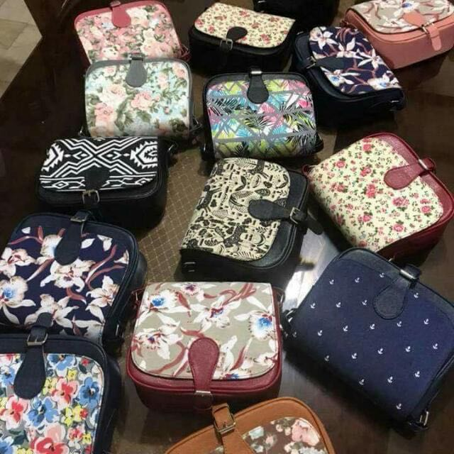 """Best seller🙏🙏 Betty sling printed restock😍😍😍 Size 8"""" width 7"""" height 3"""" base High quality synthetic canvass 🇵🇭Proudly Philippine made👜"""