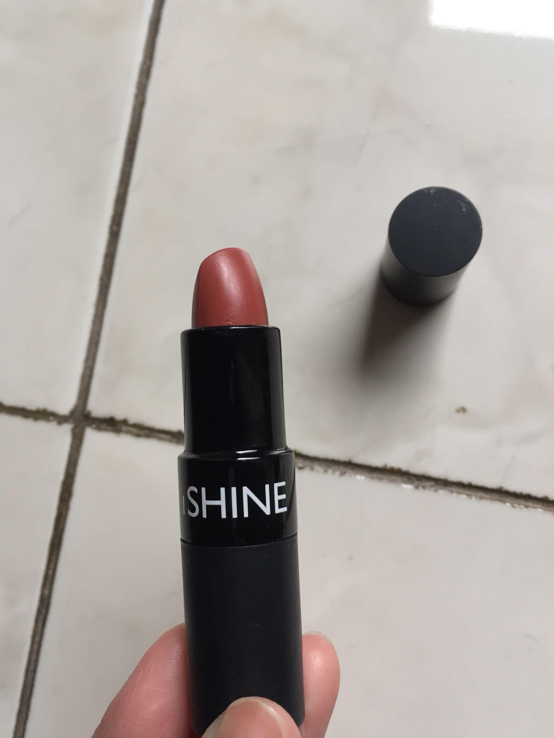 Lipstik moisturizing i shine warna macchiato import, belinya cuma ada di c&f. Kondisi 80%, engga dipake karena engga cocok ma kulit putih aku jdnya pucet. Dipakenya enak lembab.