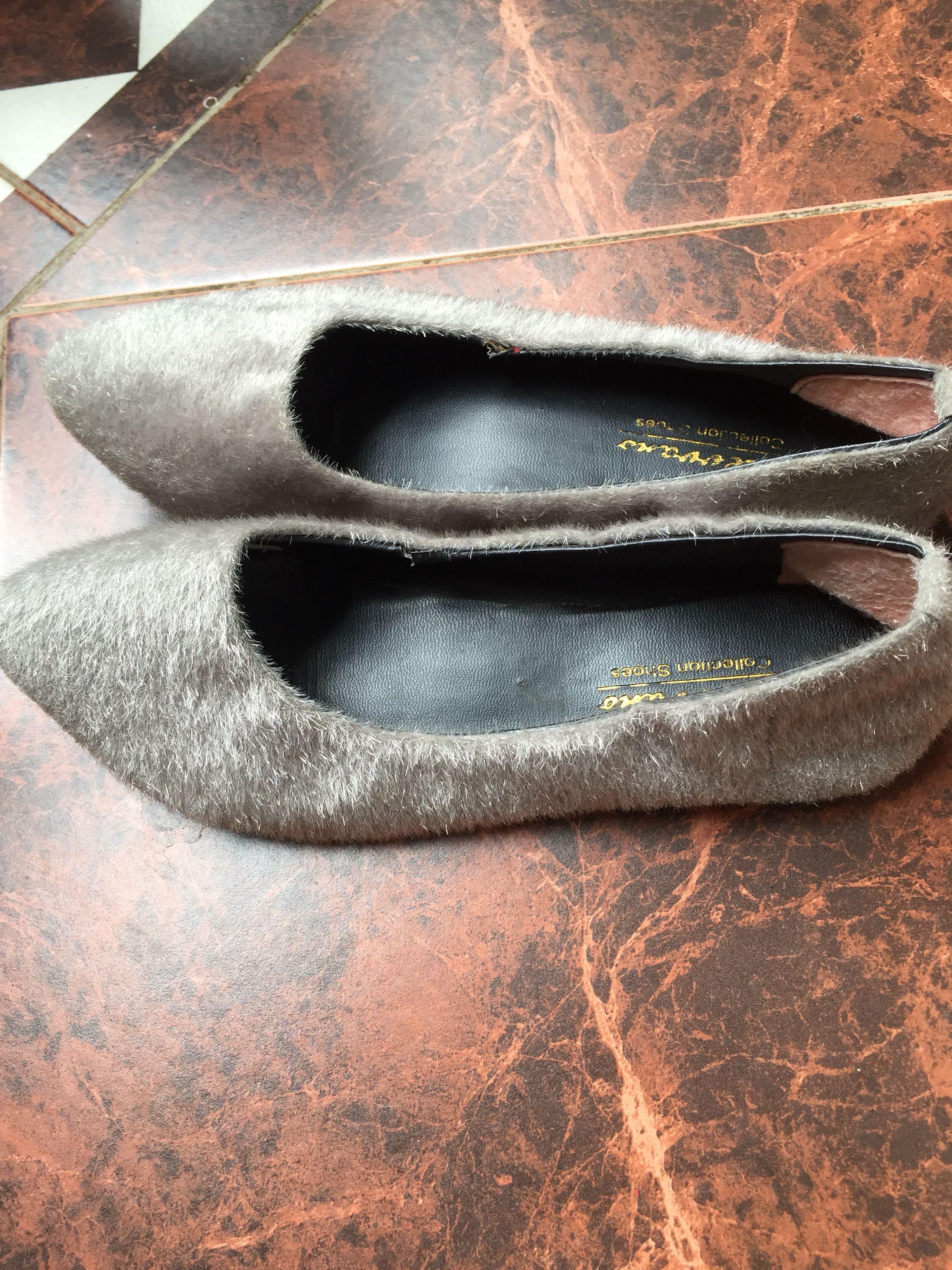 Sepatu teplek berbulu merk stevano ukuran 36, kondisi 70% msh enak dipake cuma blm dicuci. Panjang kaki 22-23 cm, warna abu abu.