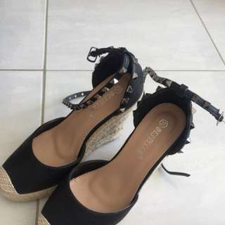 Wedges with strap