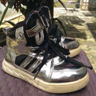 Sepatu hitam silver