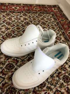 North Star school shoes size 4