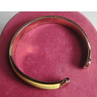 MARC BY MARC JACOBS BRACLET,GOLD TONE,LEATHER  LAID.