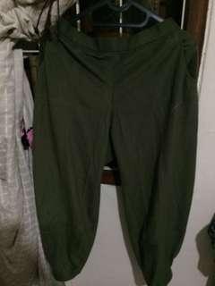 Celana panjang hijau lumut