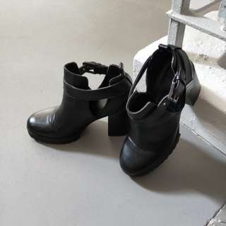 pull & bear black ankle cut out boots heels